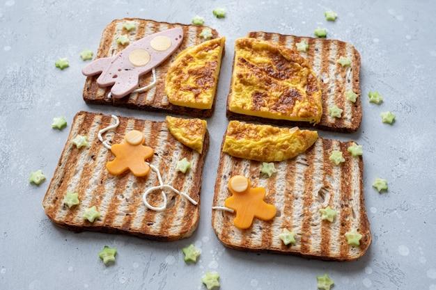 Веселые бутерброды с ракетой и космонавтами