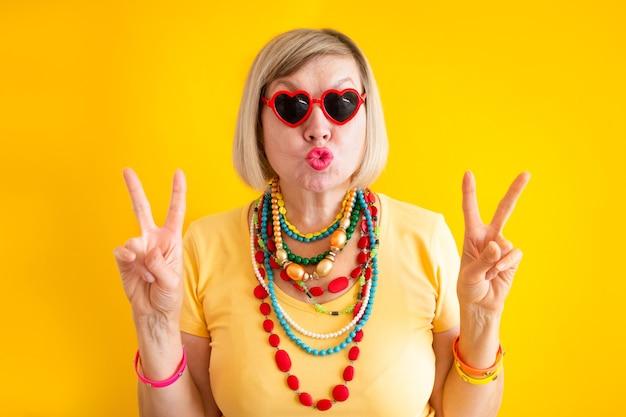 웃긴 시니어 여자 펑키 액션 스마일 해피 스마일 자연 시니어 여자 개념 고위 사람들