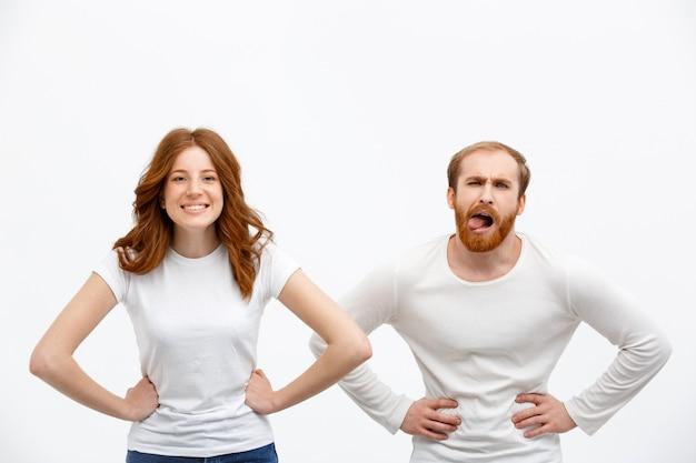 Смешные глупые рыжие брат и сестра