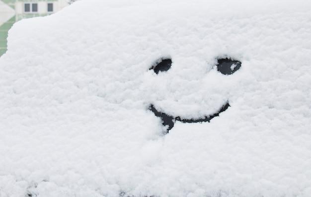 Забавный смайлик на снегу