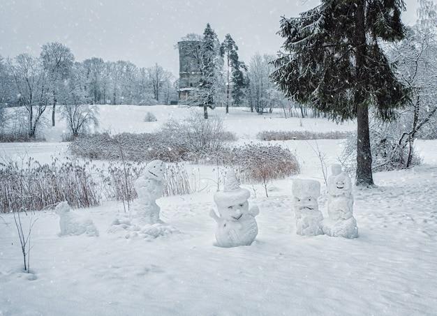 Веселые снеговики в снежном зимнем парке. гатчина. россия.