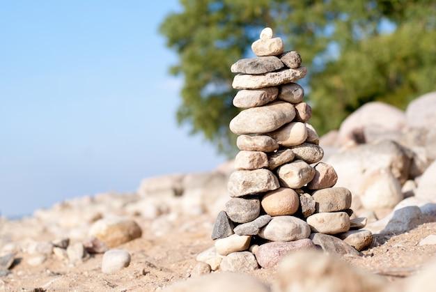푸른 물에 재미있는 돌 피라미드