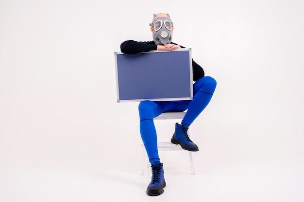 白い背景の上のマーカーボードと脚立に座っている呼吸器の面白い奇妙な男