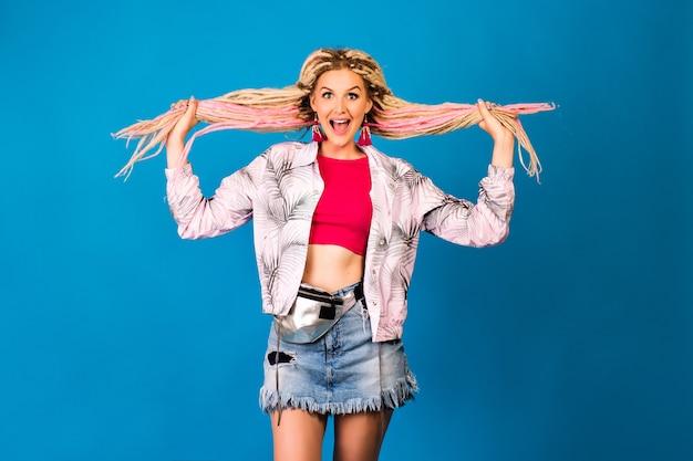 Divertente ritratto in studio di donna hipster con dreadlocks