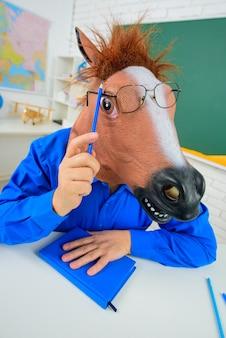 재미있는 선생님. 학교로 돌아가다. 미친 선생님. 교육. 학교 일. 수염 선생님. 교실에서 교사입니다. 미친 사람들. 재미 있는 교사 초상화입니다.