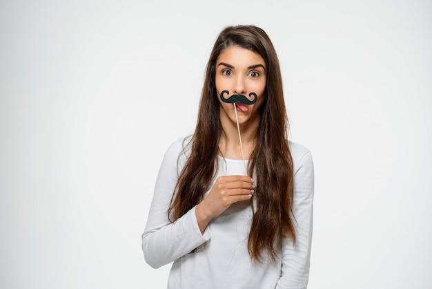 Смешная подростковая женщина с поддельными усами