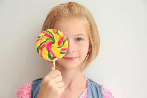 다채로운 막대 사탕을 들고 재미있는 십 대 소녀
