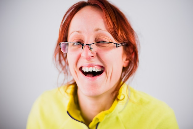 Смешные уродливые латиноамериканские взрослая женщина улыбается из глупого шутника идиота и немое лицо портрета с безумным жестом