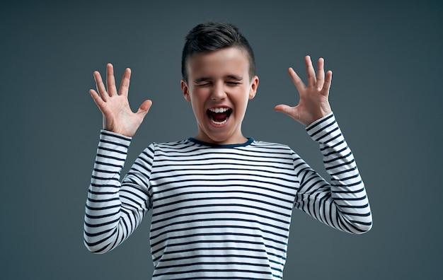 彼の手を上げて叫んで面白い勝者の子供。