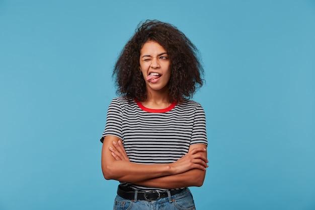 Смешная женщина закрывает глаза и открывает рот языком