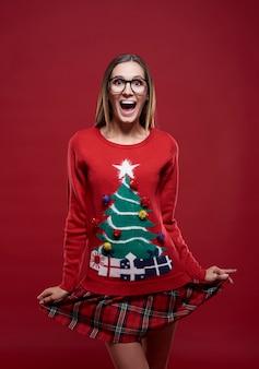 Donna divertente vestita in abiti natalizi