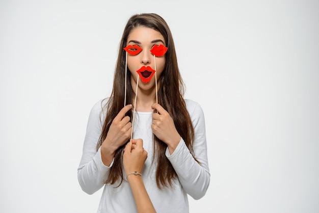 Смешная женщина, держащая поддельные губы и игриво игривая