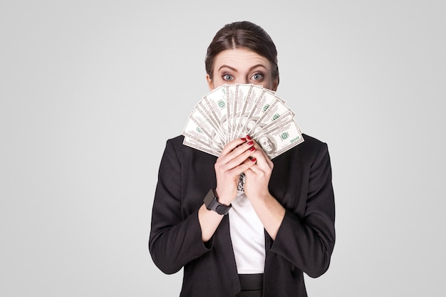 많은 현금 달러를 보여주는 재미있는 여자와
