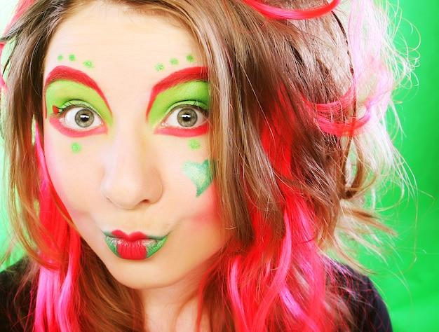 Смешная женщина с сумасшедшим макияжем