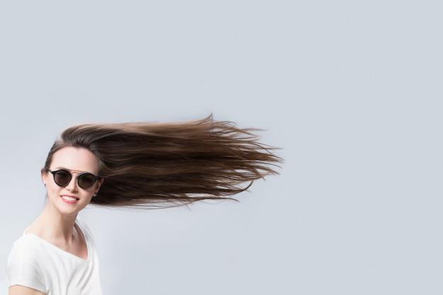 Смешная женщина с волосами на ветру