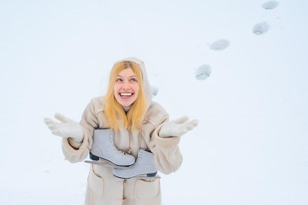 Смешная женщина с катанием на коньках.