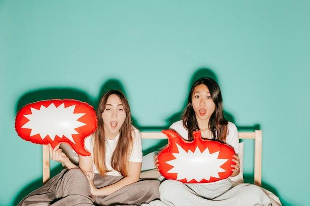 Donne divertenti con palloncini di discorso