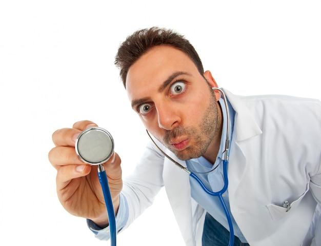 Забавный молодой врач со стетоскопом