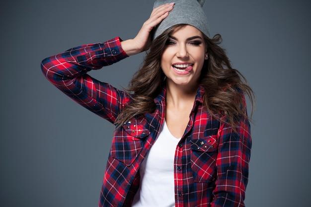 모자에 재미있는 젊은 여자