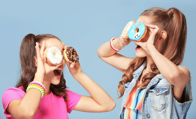 파랑에 맛있는 도넛과 재미있는 젊은 여성