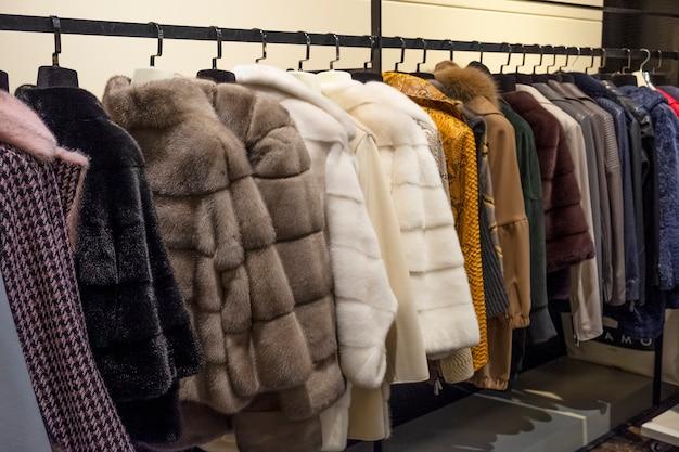 店内の毛皮のコート。