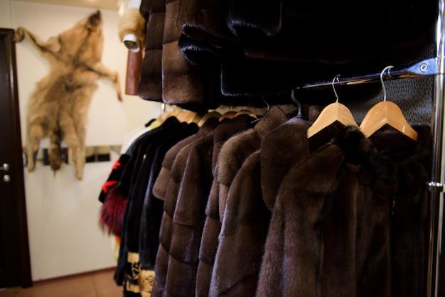 여성용 모피 코트는 판매용으로 노출됩니다. 모피 코트 디스플레이, 여성을위한 모피 코트.