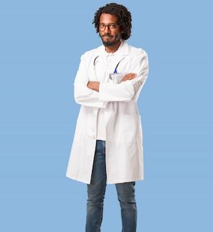 ハンサムなアフリカ系アメリカ人の医者は非常に怒っていて動揺していて、非常に緊張していて、furioを叫んで