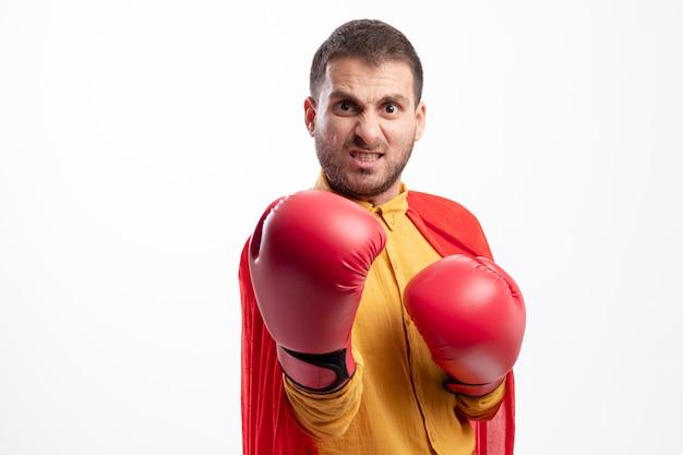 L'uomo supereroe caucasico furioso con i guantoni da boxe guarda la telecamera