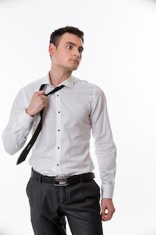 분노한 매니저는 학생 잘생긴 남자의 얼굴에 넥타이 관심을 제거합니다.