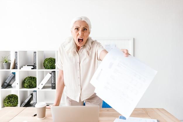 Зрелая деловая женщина в ярости