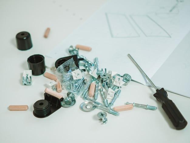 Концепция сборки мебели, фурнитура, отвертка и инструкция по сборке с местом для текста
