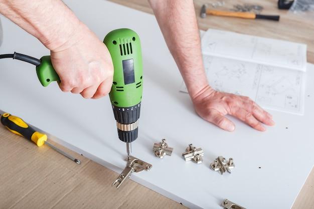 ドリルオスハンドマスターを使用した家具の組み立てツールインストルメントドリルを使用して家具を収集します