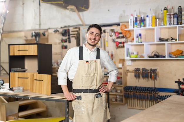 가구 공장, 중소기업, 사람 개념 - 제조 현장에서 웃고 있는 남성 노동자의 초상화