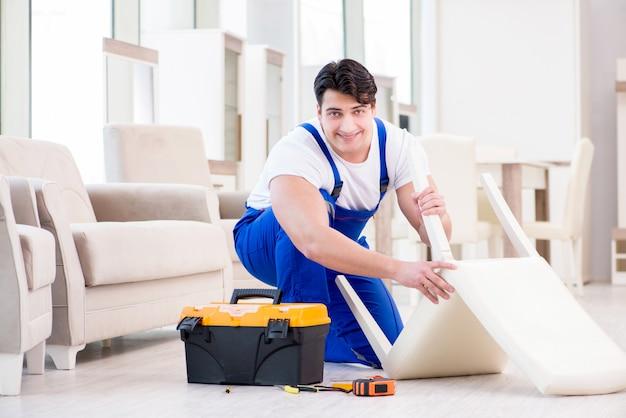 Ремонтник мебели работает в магазине