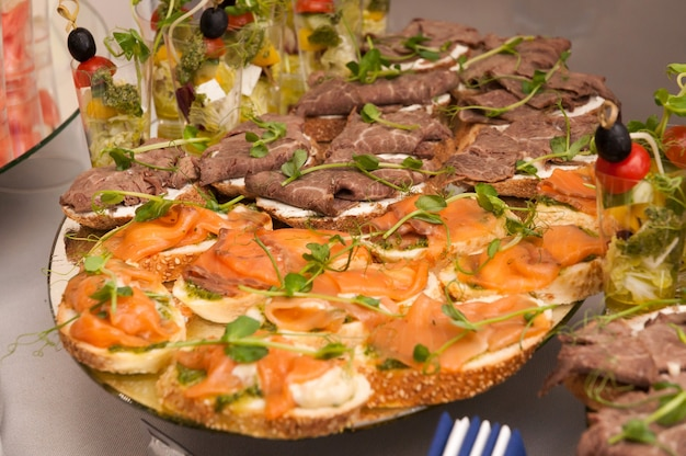 연어와 소고기와 크림 치즈를 곁들인 furshet 전채