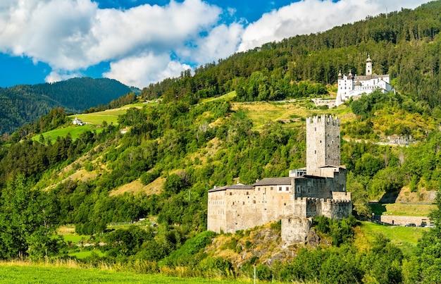 Замок фюрстенбург и аббатство мариенберг в бургейсе - южный тироль, италия