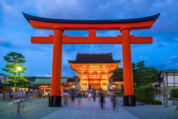 Храм фусими инари в сумерках в киото, япония.