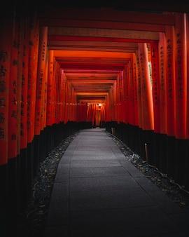 Ворота храма фусими инари в киото, япония