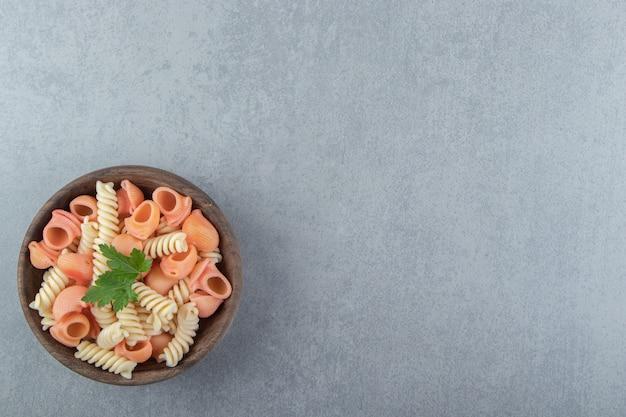 나무 그릇에 fusilli와 cochiglie 파스타입니다.