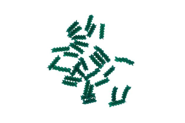 Фузилли или спиральные макароны со спирулиной или хлореллой, изолированные на белом