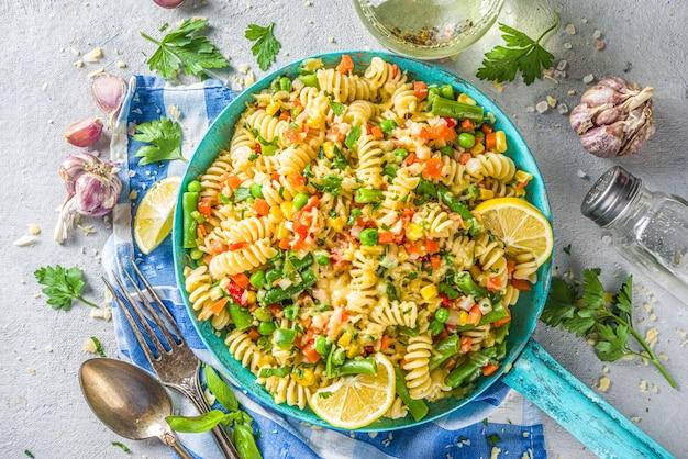 焼き野菜のフジッリパスタ。温かいパスタサラダ