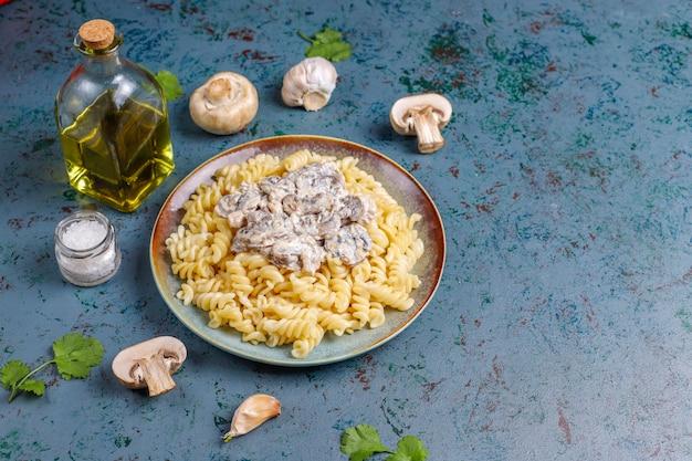 Паста фузилли с грибами и курицей, вид сверху