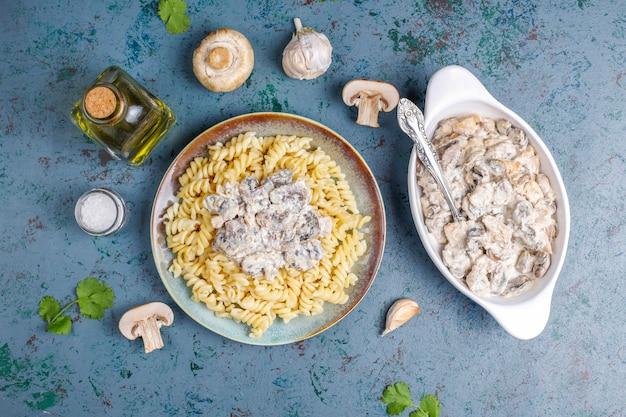 Fusilli con funghi e pollo, vista dall'alto