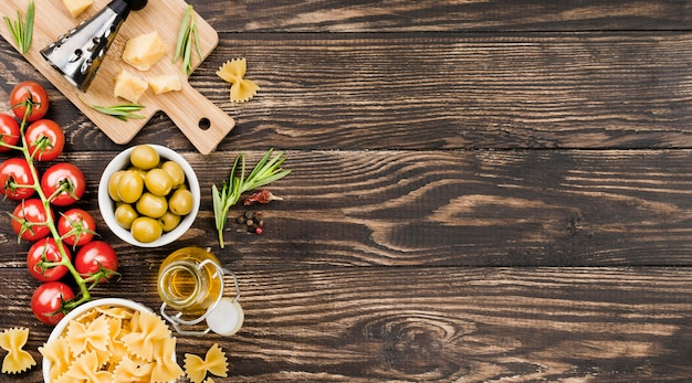 Фузилли с оливками и овощами и копией пространства