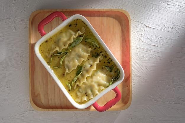 グリーンカレーと餃子のフュージョン料理。蒸し米やビーフンにタイ料理を添えたグリーンカレー。