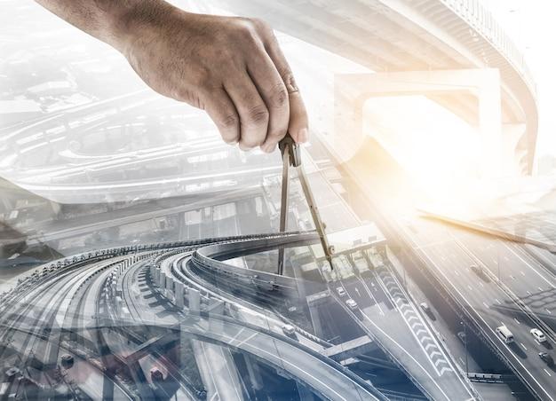 이중 노출 그래픽 디자인으로 미래의 건물 건설 엔지니어링 프로젝트 개념. 현대 토목 장비 기술로 작업하는 건축 엔지니어, 건축가 또는 건설 노동자.