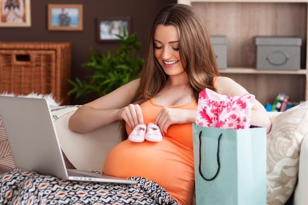 自宅でオンラインショッピングをしている未来の母親