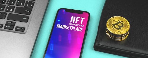 Nft 암호화 예술 시장, 기술 블록체인 투자 비즈니스 및 금화, 노트북 및 지갑이 테이블에 있는 금융 개념 배너를 통한 예술의 미래, 상위 뷰