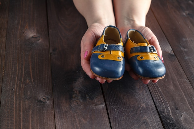 小さな靴を履いて将来の両親