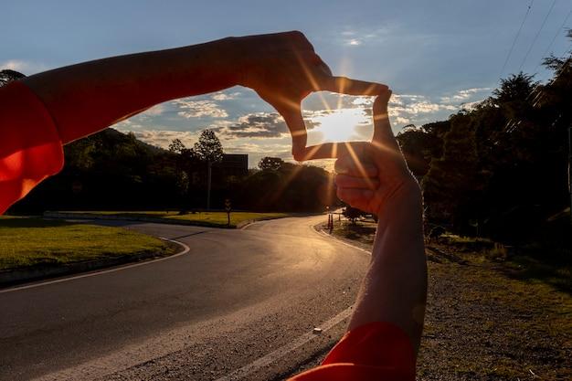 Концепция будущего планирования, крупным планом женские руки, делая жест кадра с закатом.